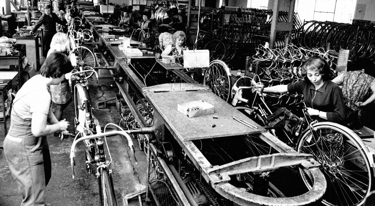 Pásová výroba jízdnich kol Favorit